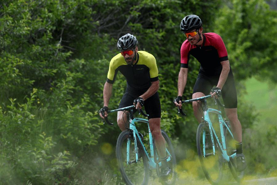 Trening kolarzy wśród natury, drzew