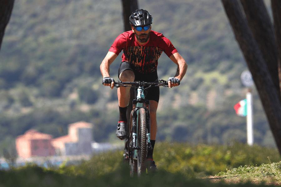 Mężczyzna na rowerze w ubraniach od Nalini
